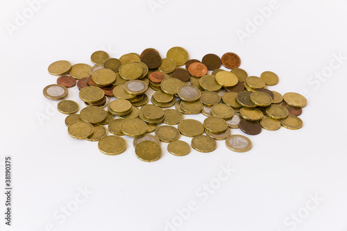 Monete di euro su fondo bianco