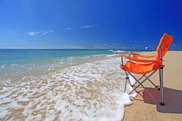 コマカ島の透明な波とビーチチェア