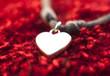 coeur blanc sur fond rouge