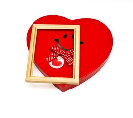 Коробка в виде сердечка и рамка для фотографий