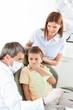 Junge beim Zahnarzt hält Mund zu