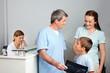 Familie beim Arzt