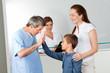 Kinderarzt begrüßt Jungen als Patient