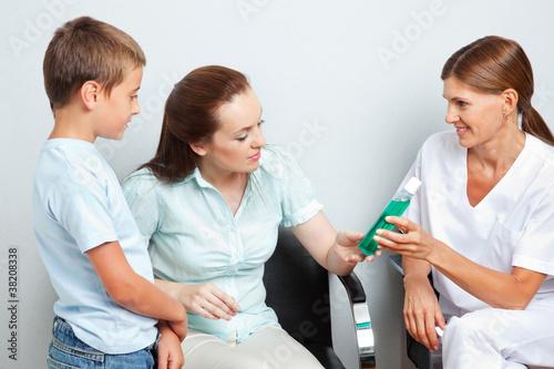 Zahnärztin gibt Frau Mundwasser