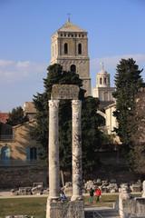 colonnes du théatre d'Arles et Saint Trophime