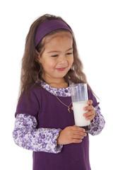 petite fille contente de boire un verre de lait