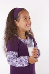 enfant heureuse avec verre de lait a la main