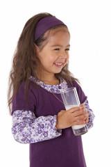 enfant heureuse avec verre de lait a la main sur fond blanc