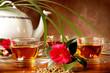 Vassoio con tè caldo e teiera in porcellana