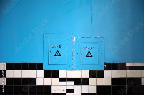 Perete blu con piastrelle bianche e nere di bepsphoto for Piastrelle bagno bianche e nere