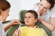 Tapferer Junge beim Zahnarzt