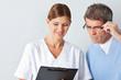 Arzt und Krankenschwester mit Formularen