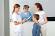 Ärztin mit Klemmbrett fragt Kind