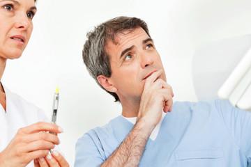 Ärzte-Team mit Spritze