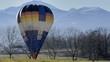 mongolfiera a terra in paesaggio alpino