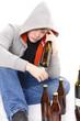 Junger Alkoholiker mit Bierflaschen