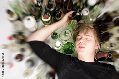 Junger Alkoholiker - 38240503