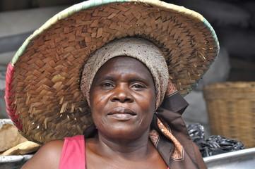 Afrikanische Frau mit Strohhut