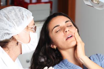 Frau mit Zahnschmerzen beim Zahnarzt