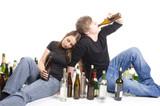 Zwei Jugendliche beim Trinken
