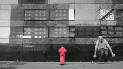 Jeune homme sautant une borne d'incendie en skate