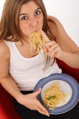 Junge Frau isst heimlich