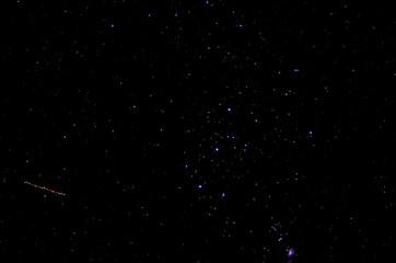 Nachthimmel mit Flugzeug