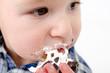 Kleiner Junge isst Schaumkuss