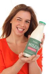Junge Frau mit laktosefreier Milch