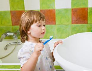 girl brushes teeth.