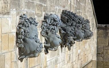 mascarons, têtes décoratives d'une fontaine