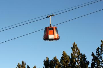 Красная кабина на горнолыжном курорте