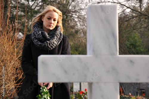 Frau trauert auf Friedhof - 38293964