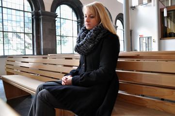 Junge Frau in Kirche