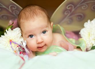 Улыбающийся младенец в костюме бабочки