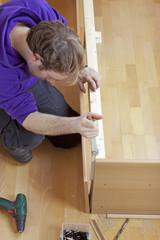 Handwerker bei der Arbeit -Handwerker baut ein Familienbett
