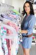 Schöne Frau in einer Boutique sucht Kleidung