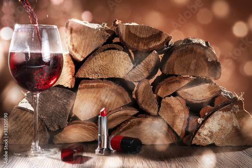 Rotwein, Lippenstift und Feuer Holz