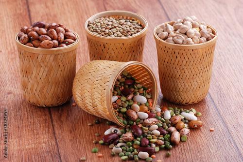 legumi assortiti in piccole ceste - due