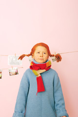 Pippi vor rosa Wand