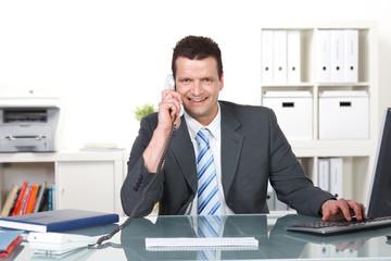 mitarbeiter am servicetelefon