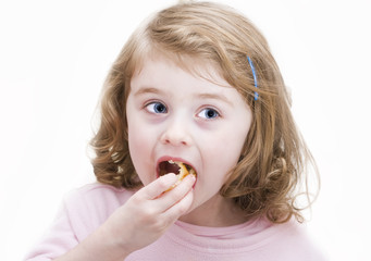 Bambina mentre mangia una frittella
