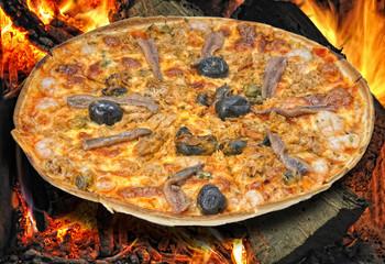 Pizza marinera en horno de leña.