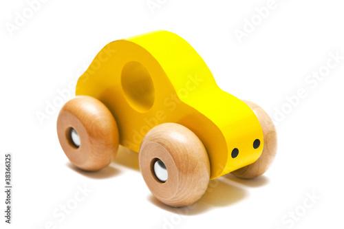 Gelbes Spielzeugauto aus Holz