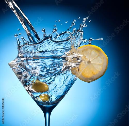 splash-od-wlewania-martini-do-szkla