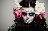 Halloween Living Dead Woman With Skull - 38368734