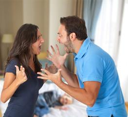 Coppia che litiga davanti al figlio