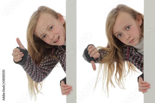 fillette tenant un panneau publicitaire