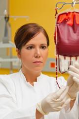 Krankenschwester in Klinik mit Blutkonserve.