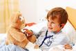 Krankes Kind untersucht Teddy